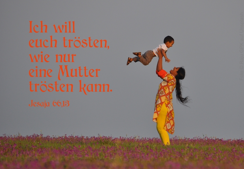 Mutter hebt ihr lachendes Kind hoch in die Luft