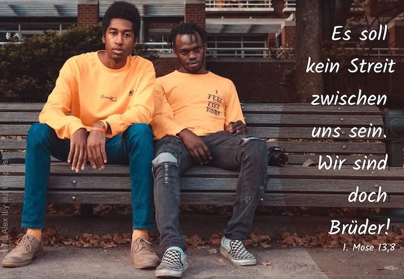 zwei junge Männer auf einer Bank