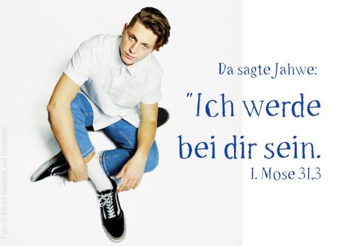 Junge mit Jeans guckt