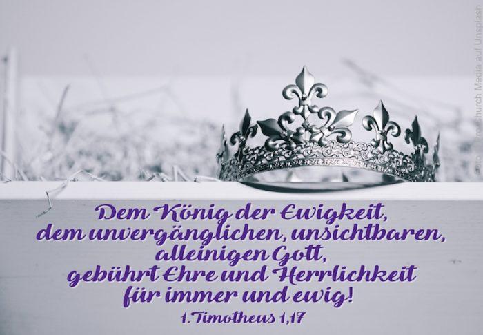 silberne Krone auf weißem Regalbrett mit Heu