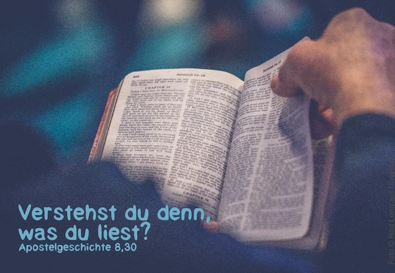 Mann blättert in der Bibel
