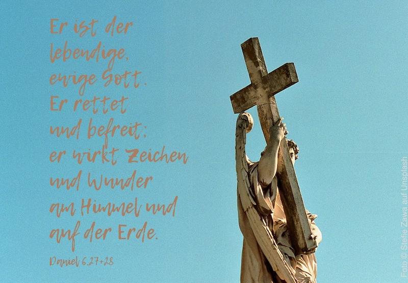 Engelstatue mit Kreuz