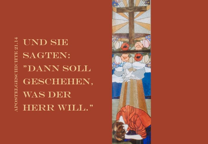 Kirchenfenster Mensch vor Kreuz