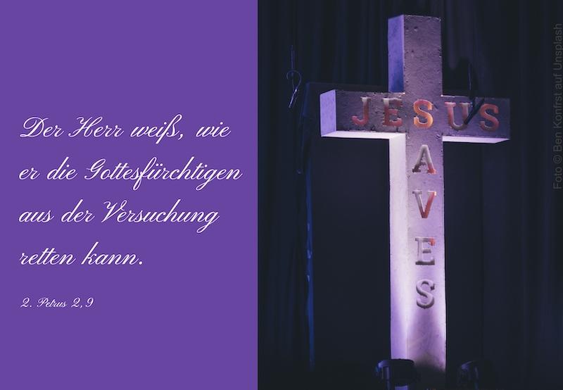 weißes Kreuz mit den Worten Jesus Saves