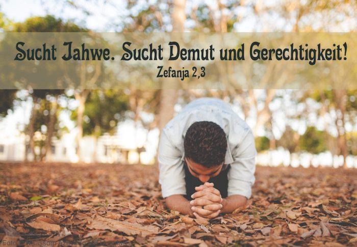 Mann kniet betend im Laub