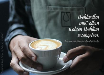 Person bringt Kaffee