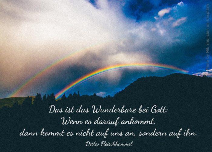 doppelter Regenbogen über dunkler Landschaft