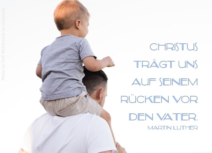 Vater trägt Kind auf den Schultern