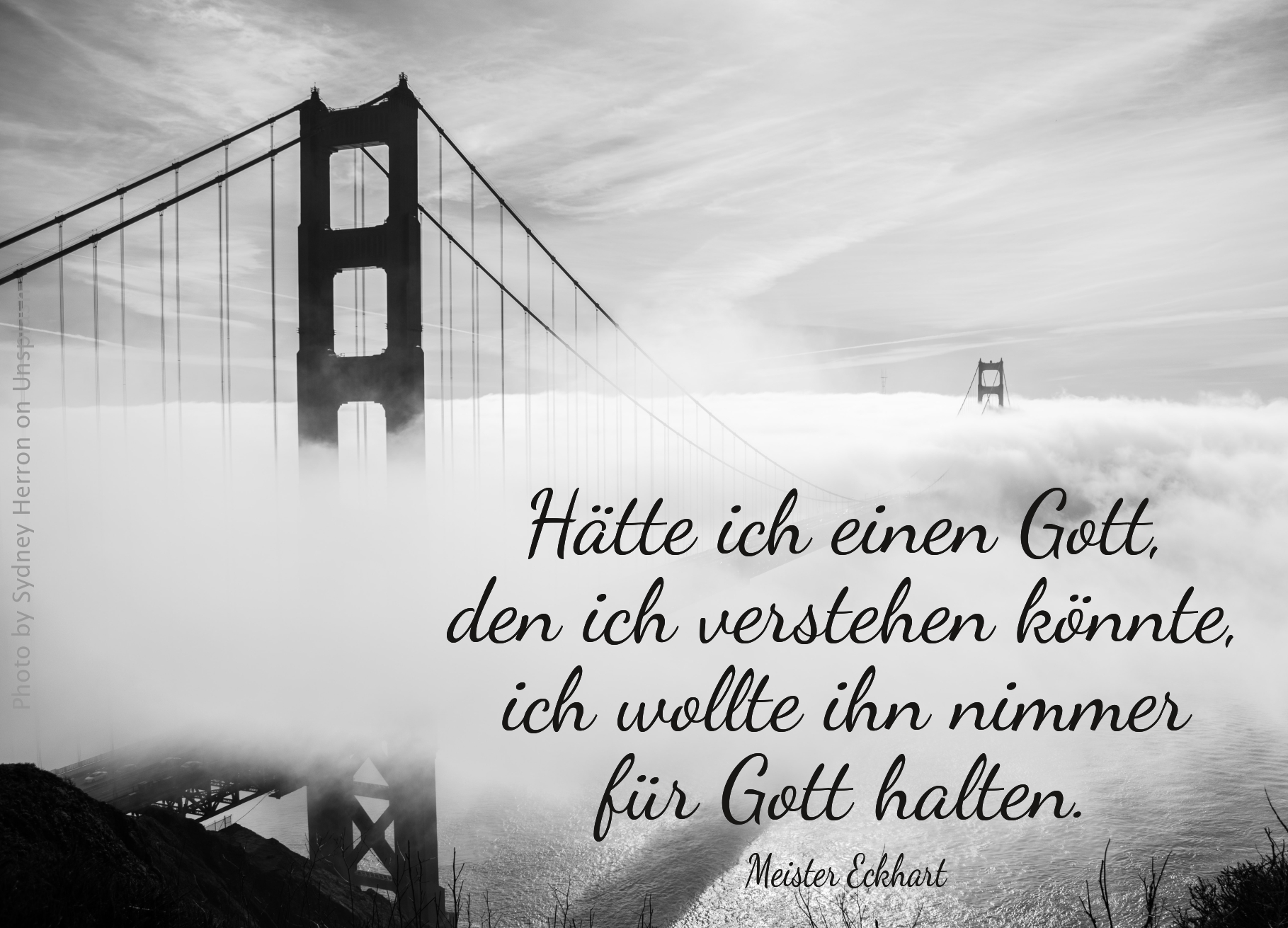Golden Gate Bridge in den Wolken Schwarz-Weiss