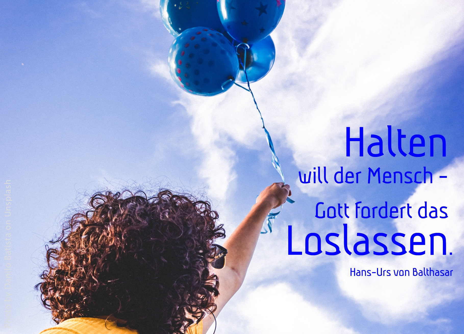 Person mit blauen Luftballons