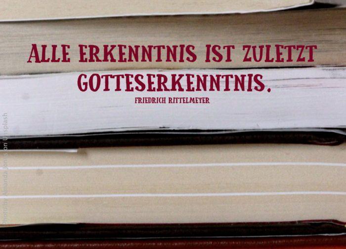 Vier Bücher liegen übereinander