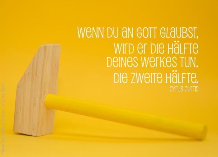 Holzhammer vor gelbem Hintergrund