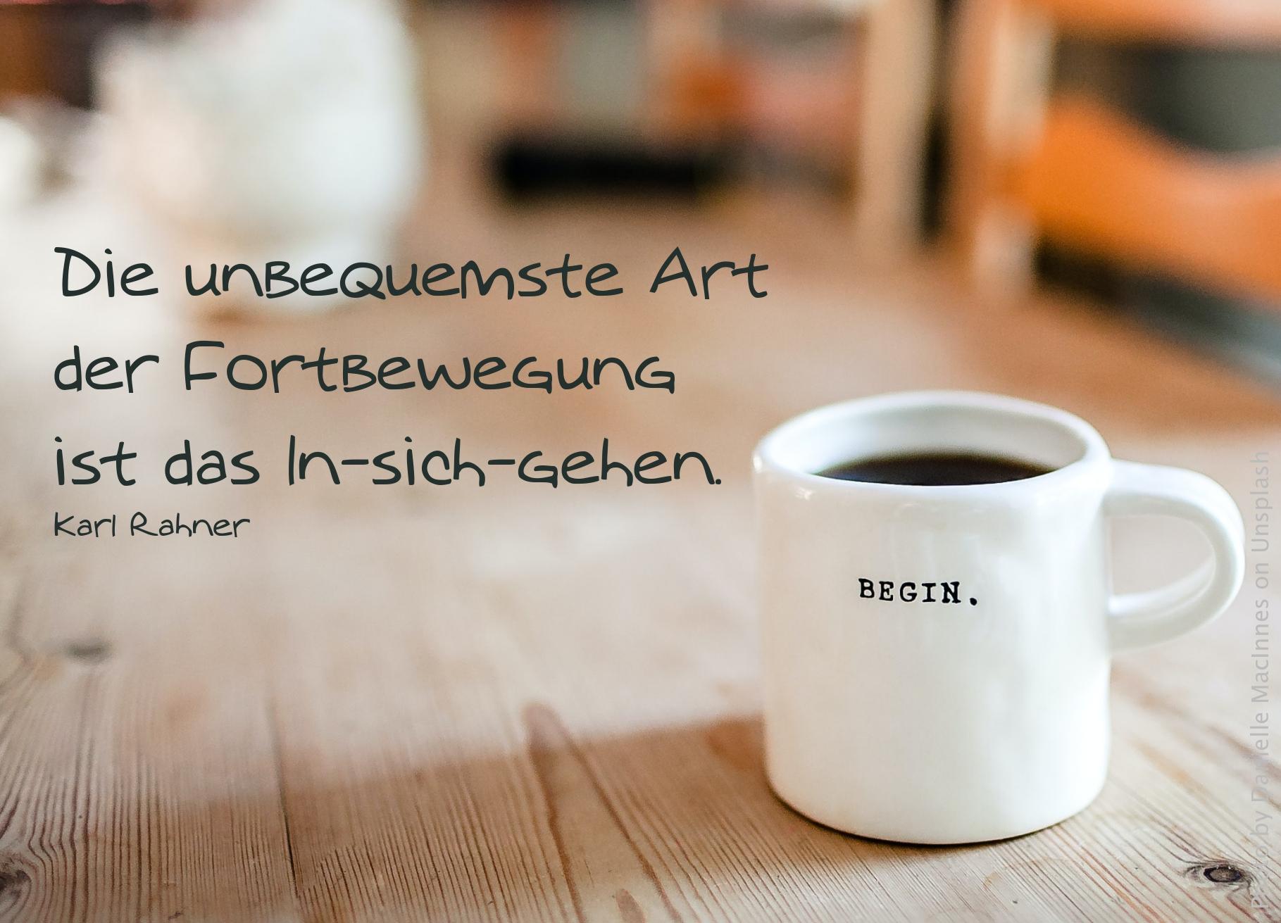 weiße Tasse Kaffee mit der Aufschrift: Begin