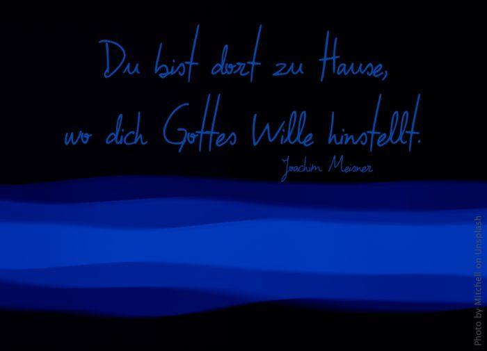 blau-schwarzer Hintergrundstreifen