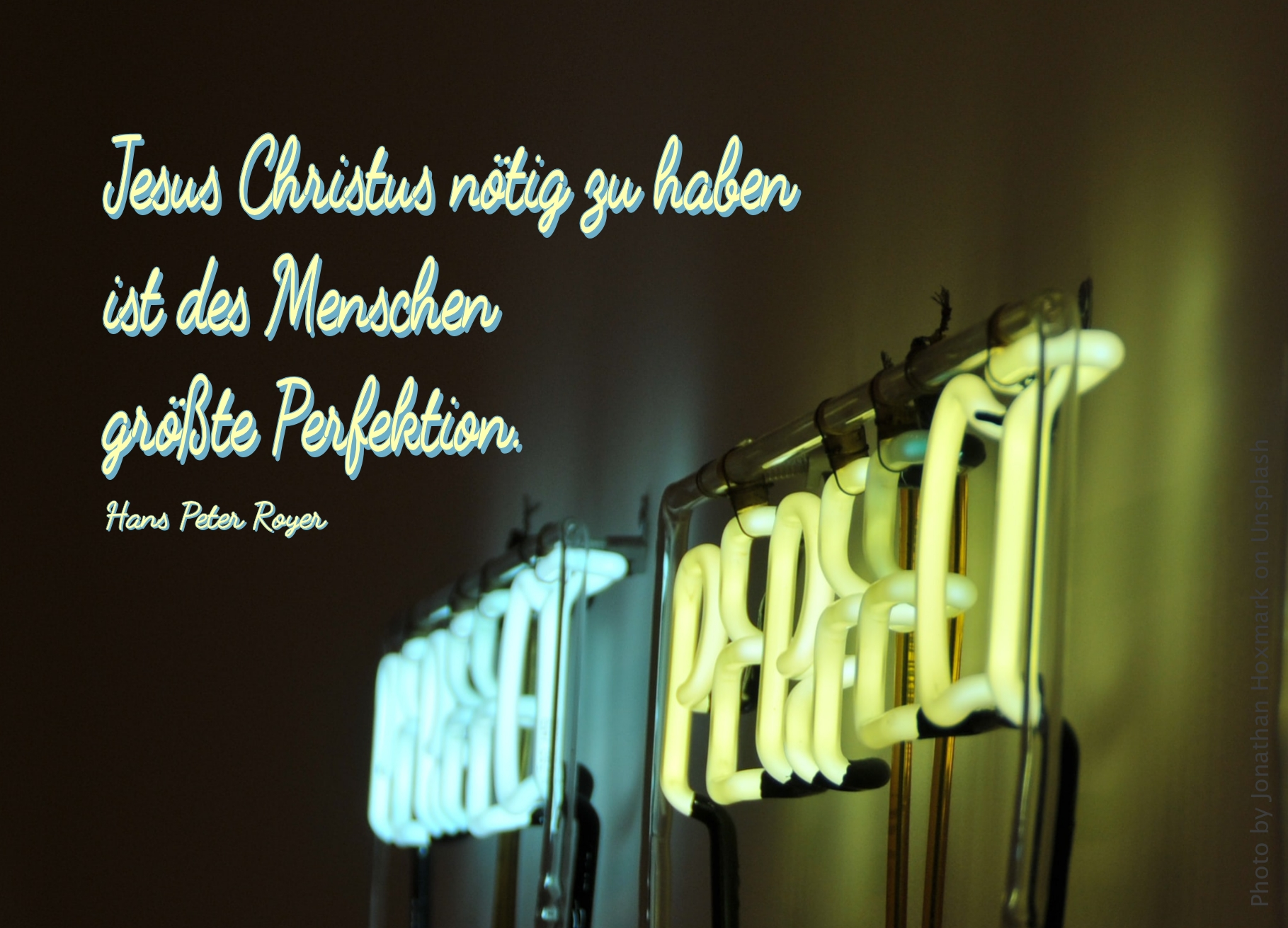 Zwei Worte in Neon-Leucht-Schrift von schräger Seite
