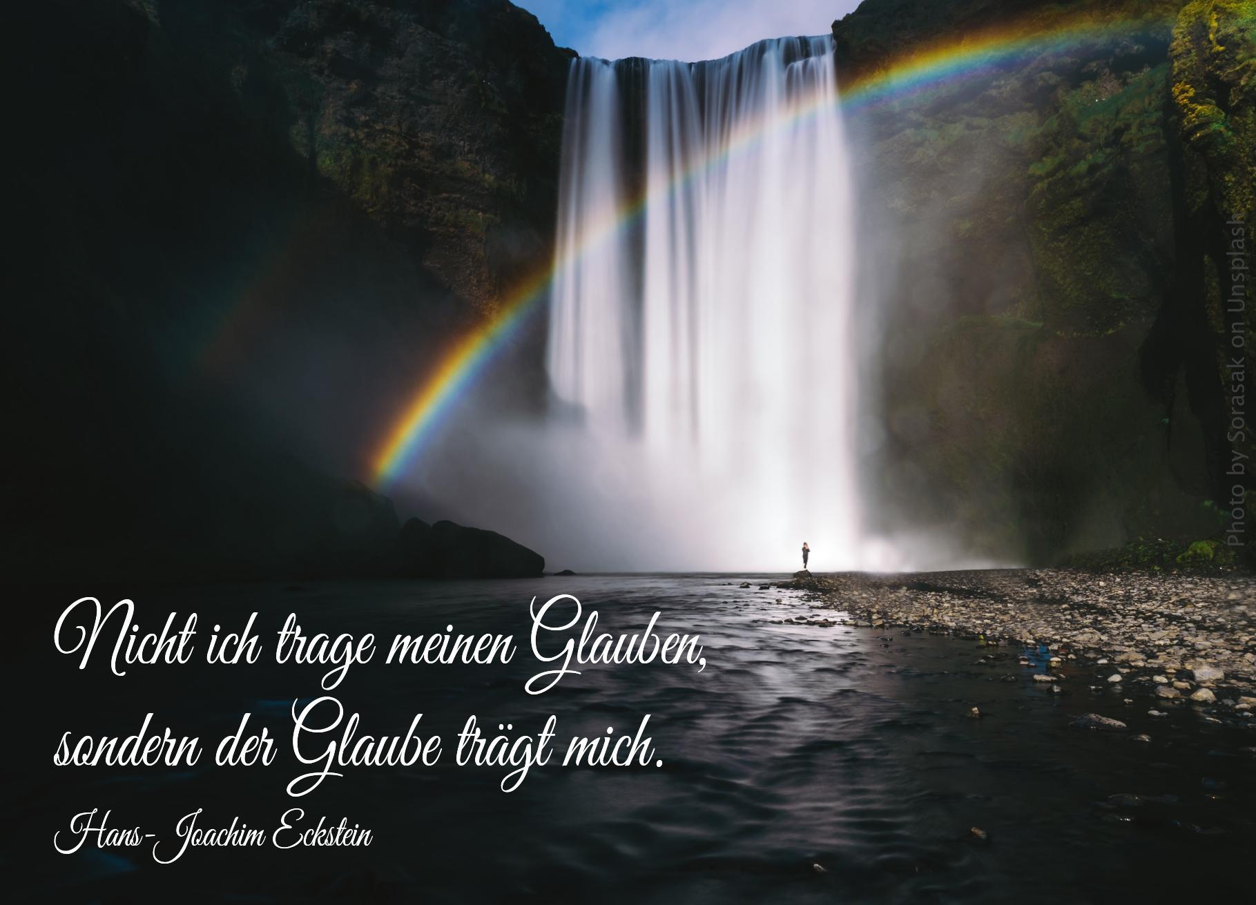 Regenbogen vor großem Wasserfall