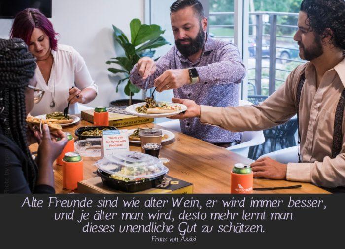 Freunde beim Essen