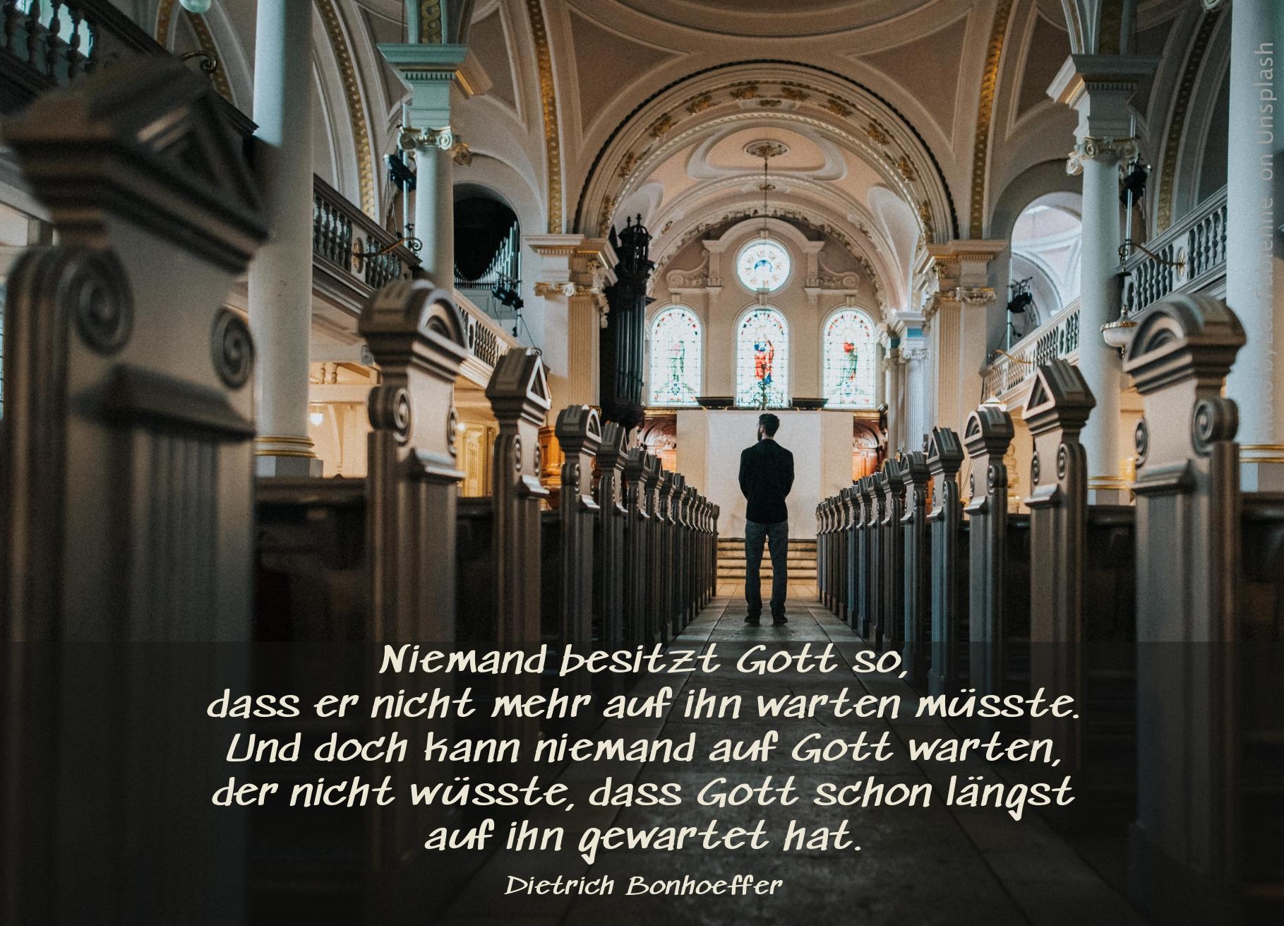 """alt=""""mann_steht_wartend_in_grosser_kirche_erwartet_bibelhoerbuch_jona"""""""