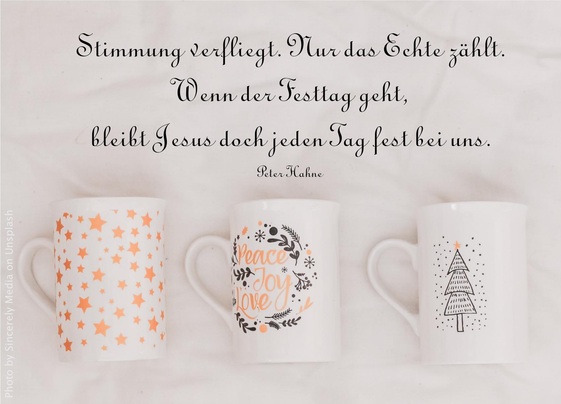 """alt=""""drei_kaffeetassen_mit_weihnachtlichen_aufdrucken_erwartet_bibelhoerbuch_prophezeiungen_von_simeon_und_hanna"""""""