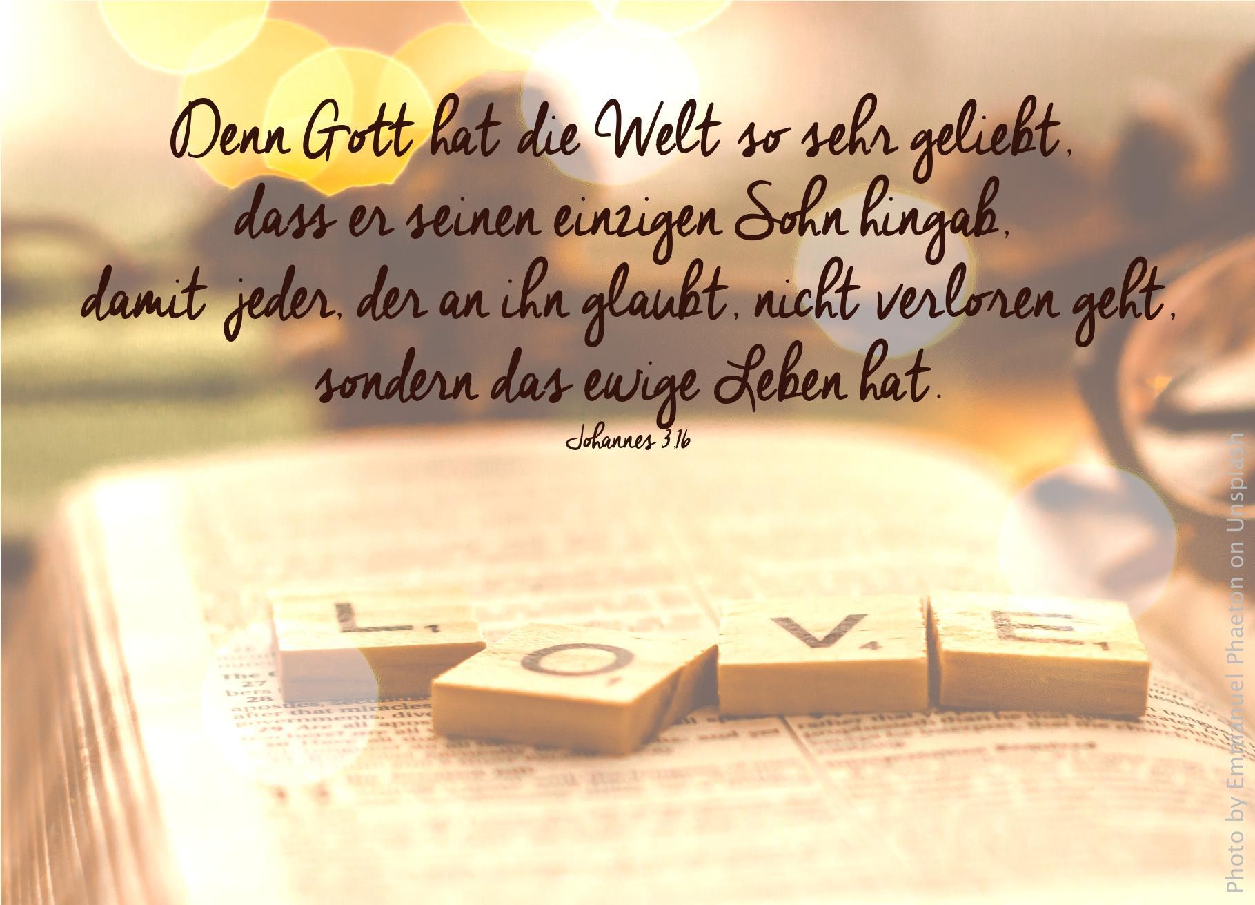 """alt=""""aufgeschlagene_bibel_mit_vier_holzbuchstaben_darauf_die_zeigen_love__erwartet_bibelhoerbuch_noah_und_gottes_bund"""""""