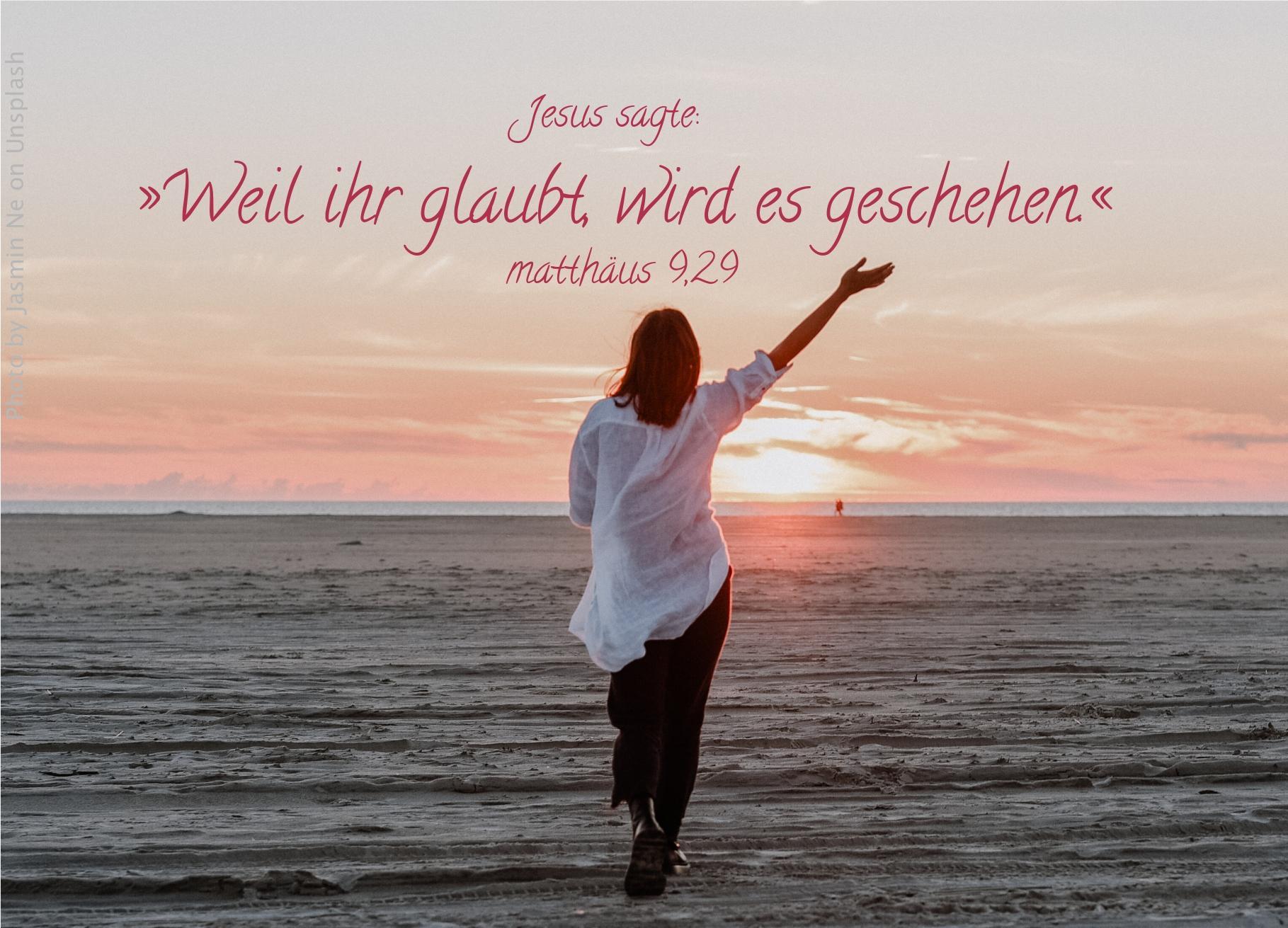 "alt=""frau_am_meer_mit_erhobenem_arm_erwartet_bibelhoerbuch_jesus_heilt_durch_glauben"""