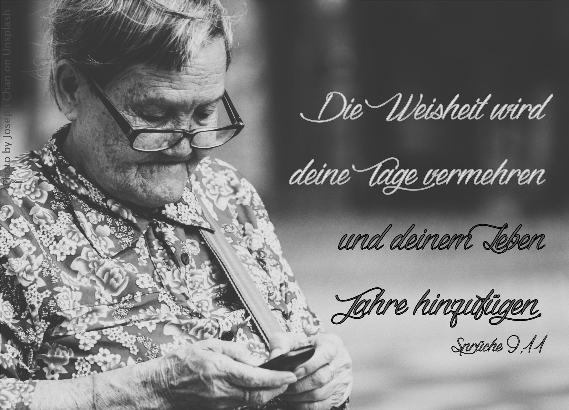 """alt=""""alte_frau_mit_brille_und_handy_erwartet_bibelhoerbuch_die_12_apostel"""""""