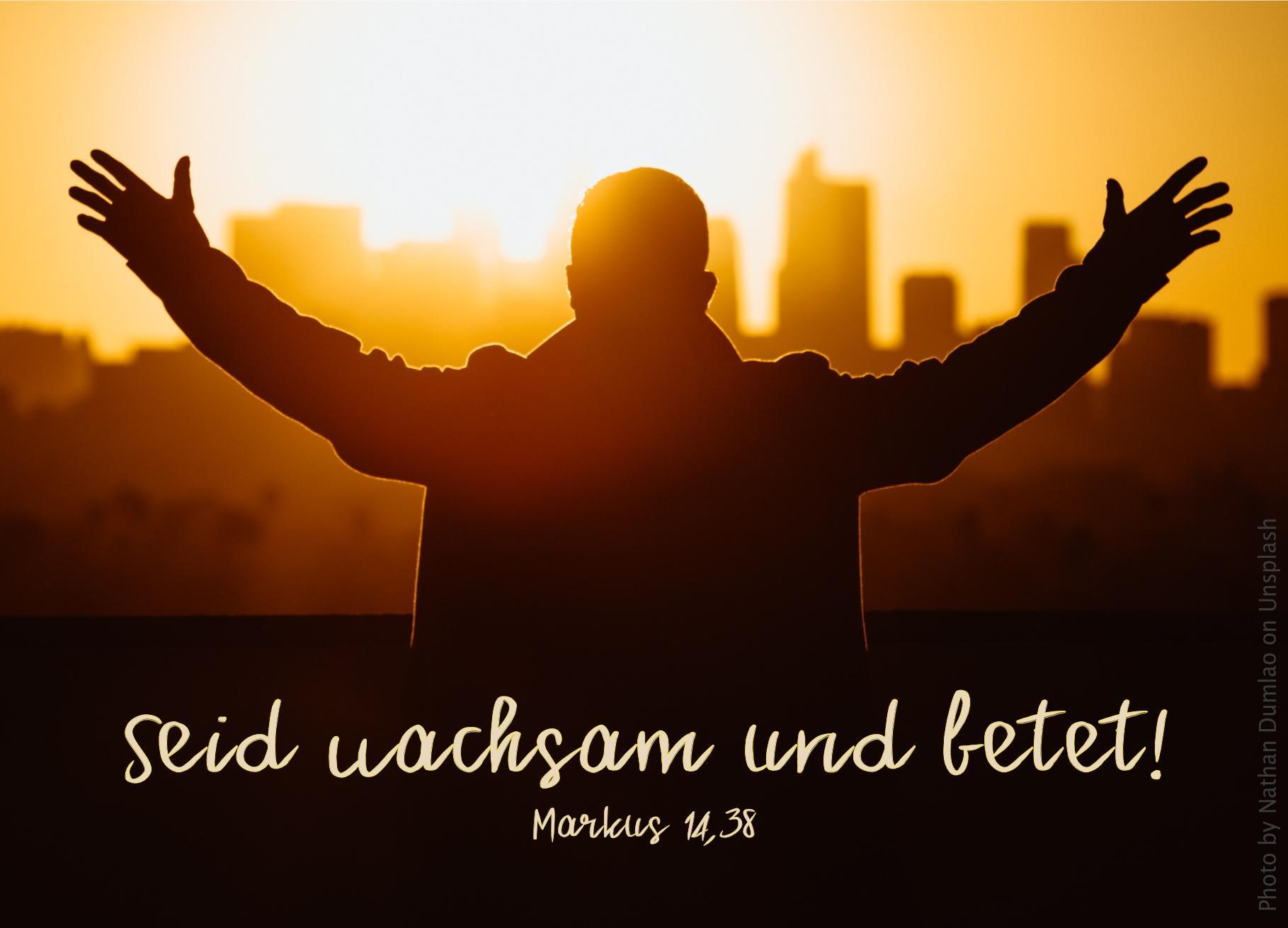 """alt=""""mann_mit_erhobenen_armen_vor_stadtsilhouette_erwartet_bibelhoerbuch_jesus_in_gethsemane"""""""