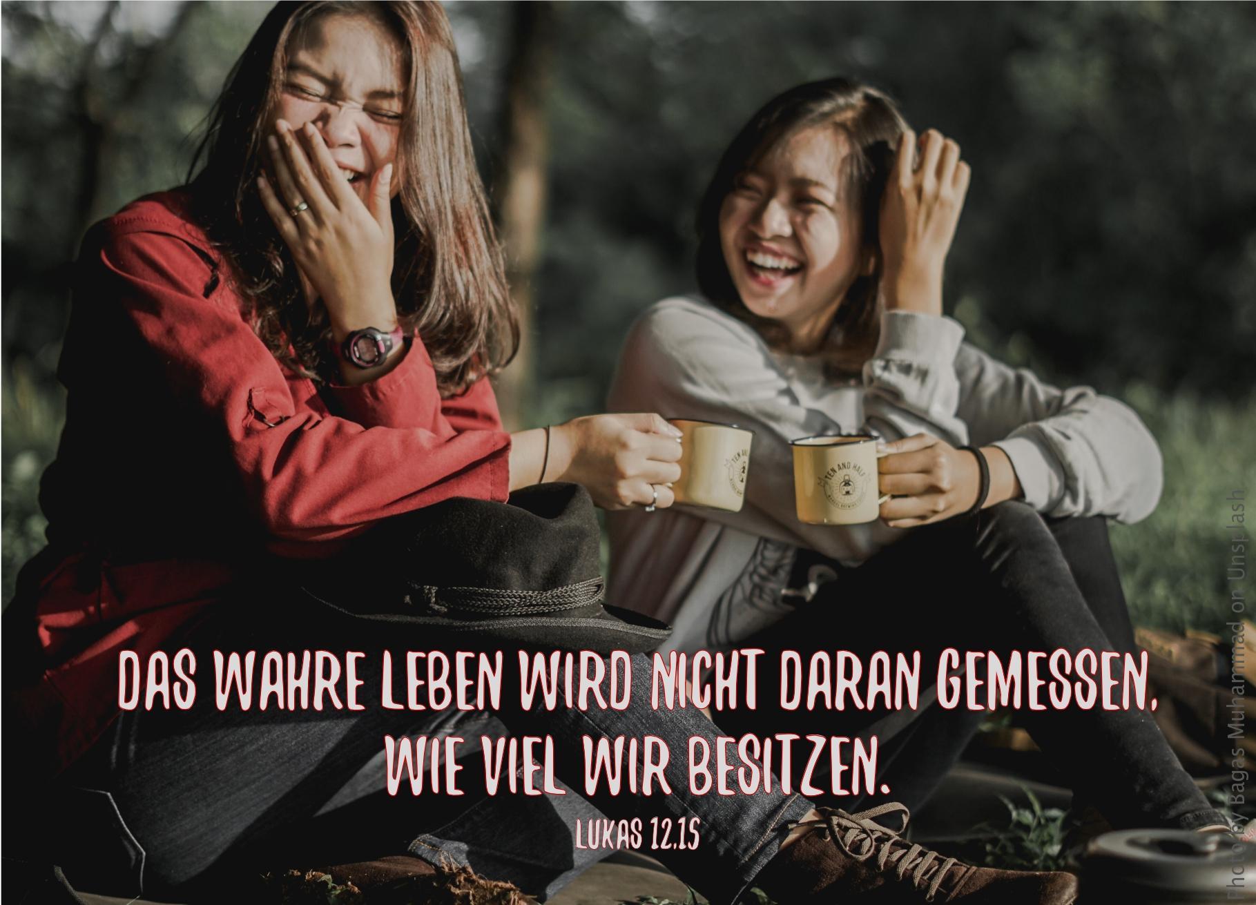 """alt=""""zwei_lachende_junge_frauen_im_wald_erwartet_bibelhoerbuch_ueber_geld_und_besitz"""""""