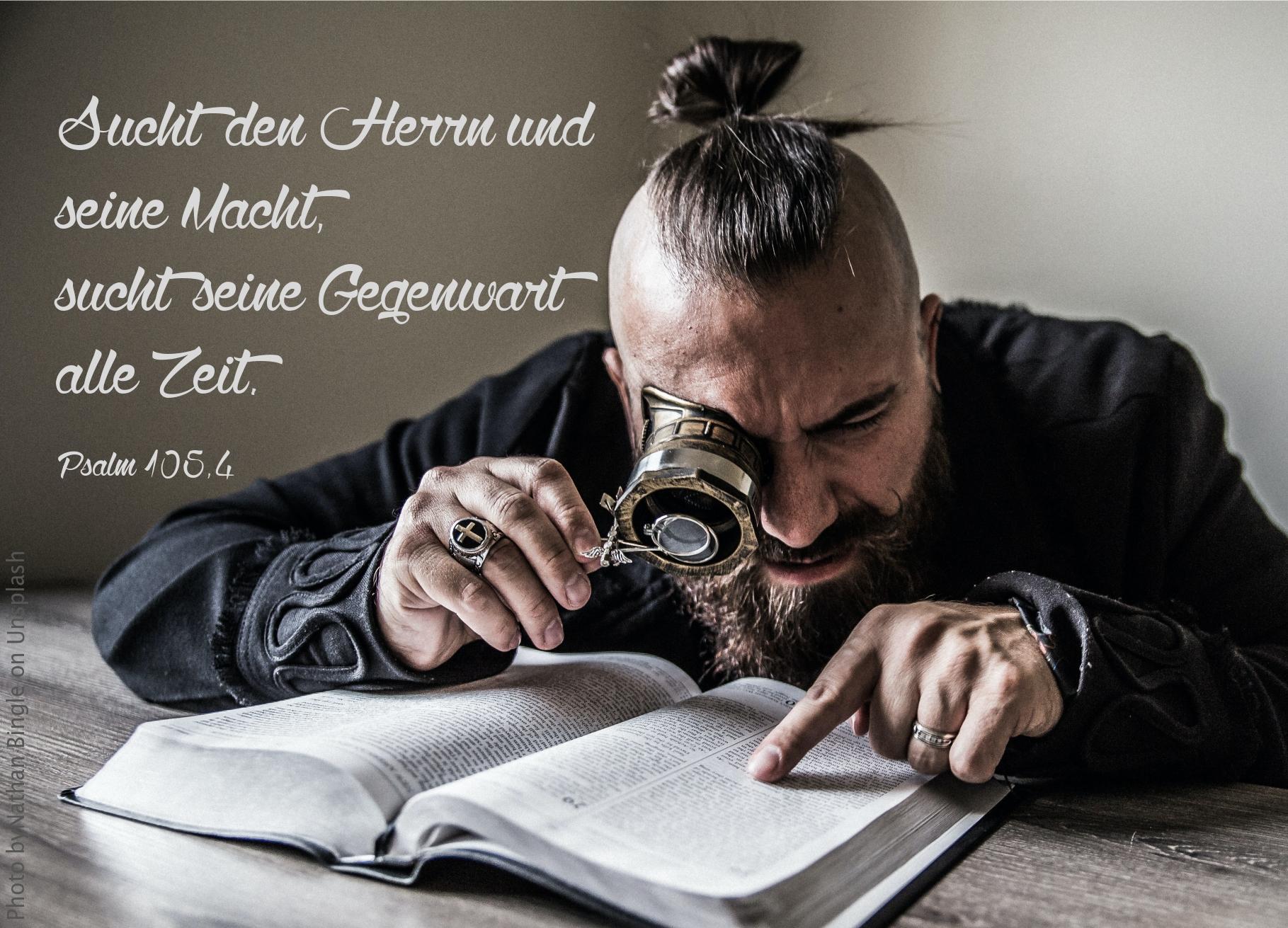 """alt=""""Mann_mit_grosser_Lupe_studiert_die_Bibel_erwartet_bibelhoerbuch_Benjamins_neue_Frauen"""""""
