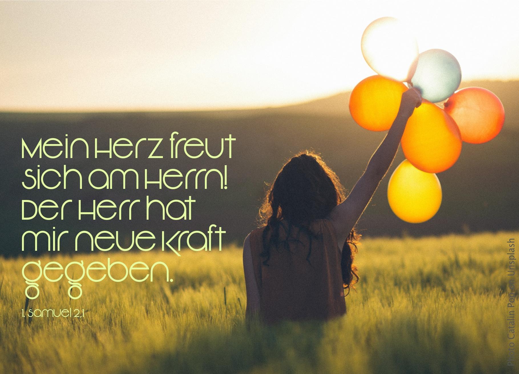 """alt=""""frau_mit_luftballons_in_hoher_wiese_hanna_betet_um_ein_kind"""""""