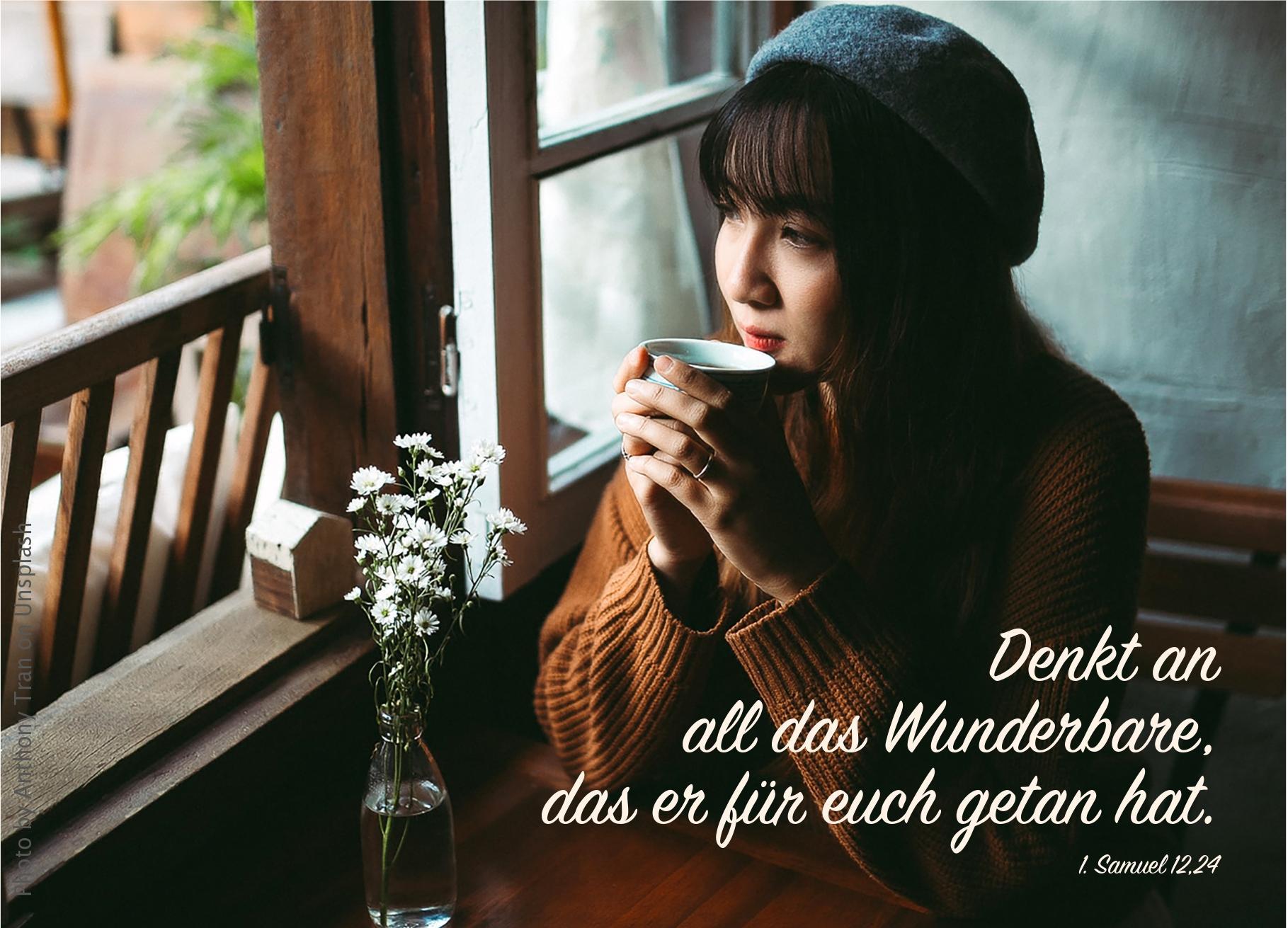 """alt=""""Frau_mit_Kaffee_am_Tisch_erwartet_bibelhoerbuch_Samuels_Abschiedsrede"""""""