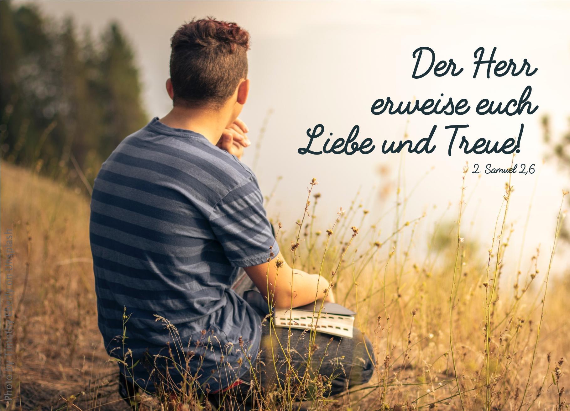 """alt=""""junger_mann_auf_wiese_mit_bibel_erwartet_bibelhoerbuch_jesus_betet_am_oelberg"""""""
