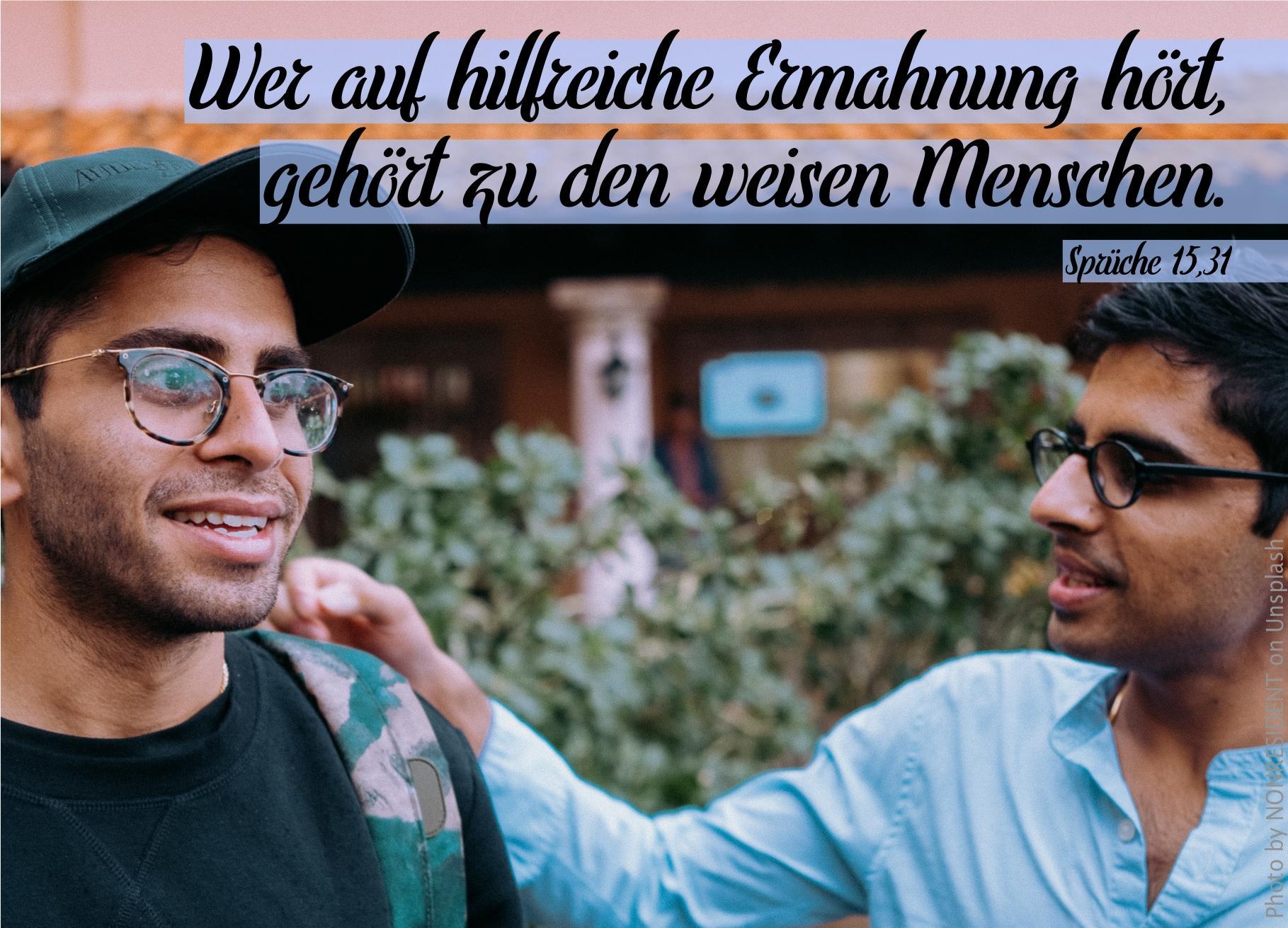"""alt=""""zwei_junge_maenner_sprechen_miteinander_erwartet_bibelhoerbuch_david_wird_koenig"""""""