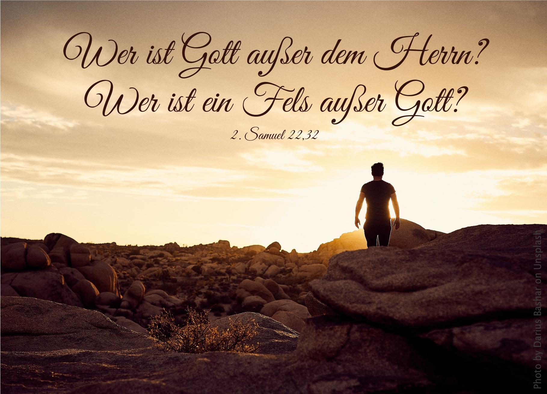 """alt=""""mann_in_felsenwueste_bei_sonnenaufgang_erwartet_bibelhoerbuch_verfolgung_der_glaeubigen"""""""
