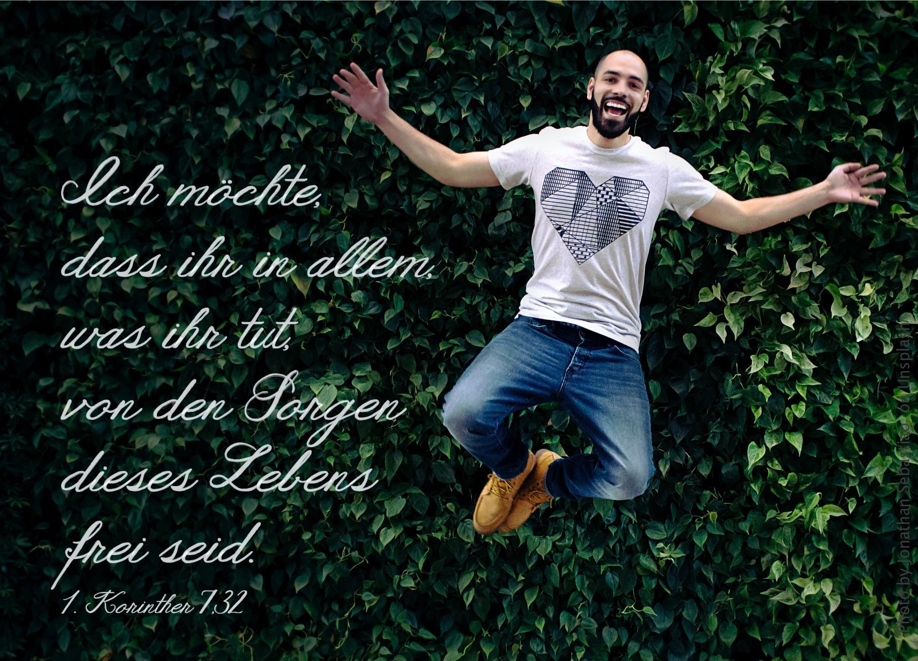 "alt=""Mann_springt_vor_grüner_Hecke_erwartet_bibelhoerbuch_Rueckkehr_aus_dem_Exil"""