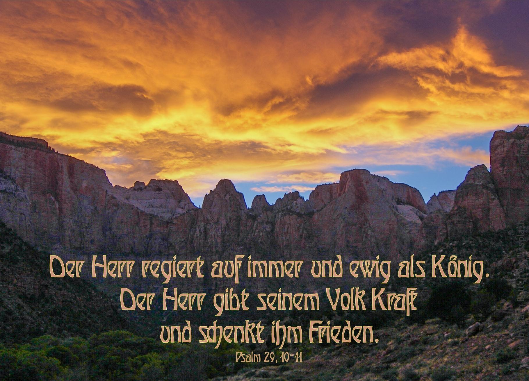 "alt=""Sonnenaufgangswolken_ueber_Bergmassiv_erwartet_bibelhoerbuch_Arbeit_am_Tempel"""