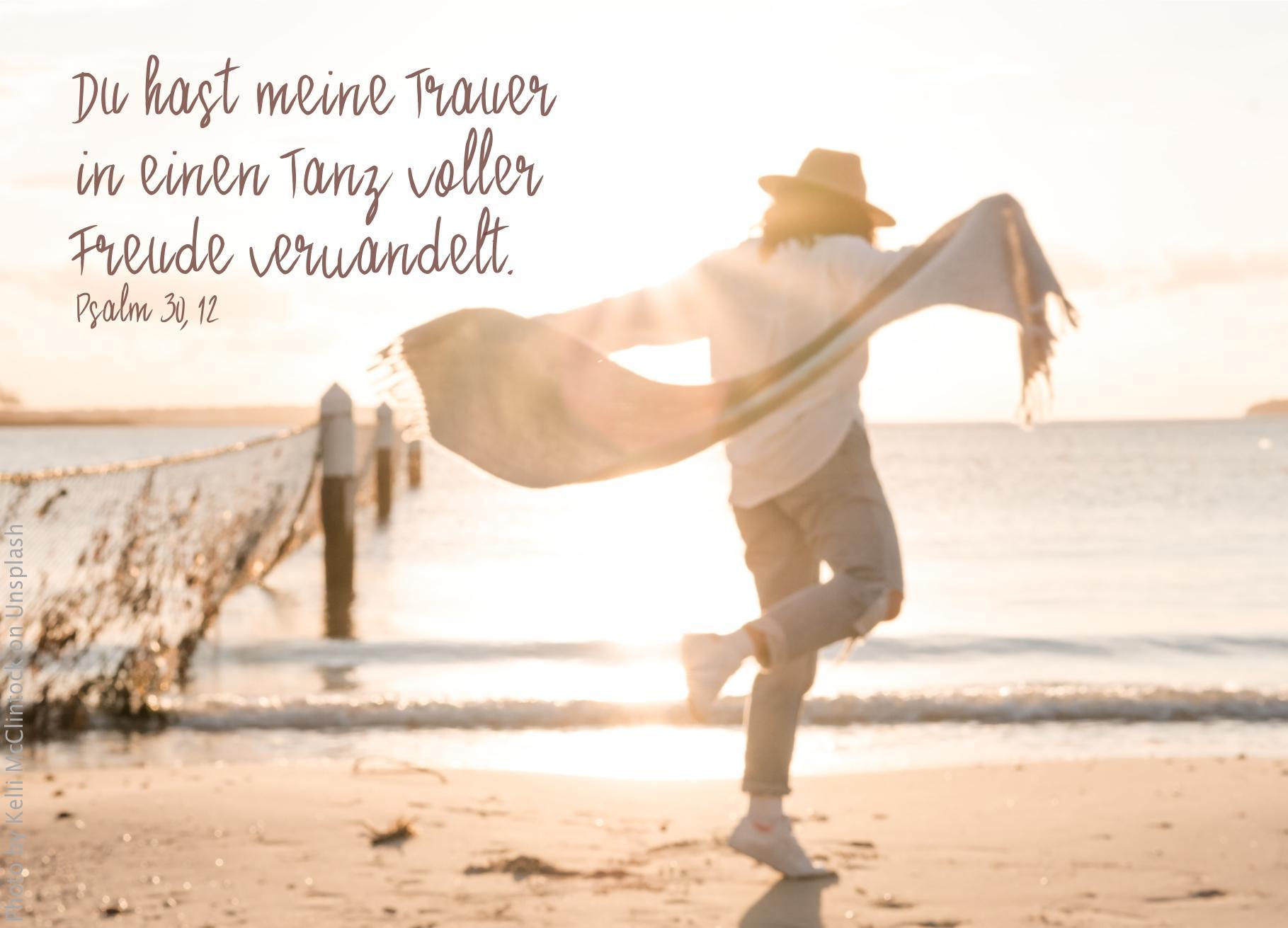 """alt=""""Mann_tanzt_am_Strand_in_Abendsonne_erwartet_bibelhoerbuch_Warnung_vor_Goetzendienst"""""""