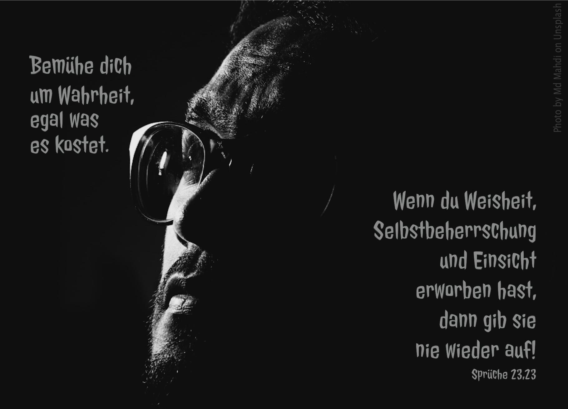 """alt=""""maennliches_Gesicht_mit_Brille_im_Halbschatten_erwartet_bibelhoerbuch_im_licht_leben"""""""