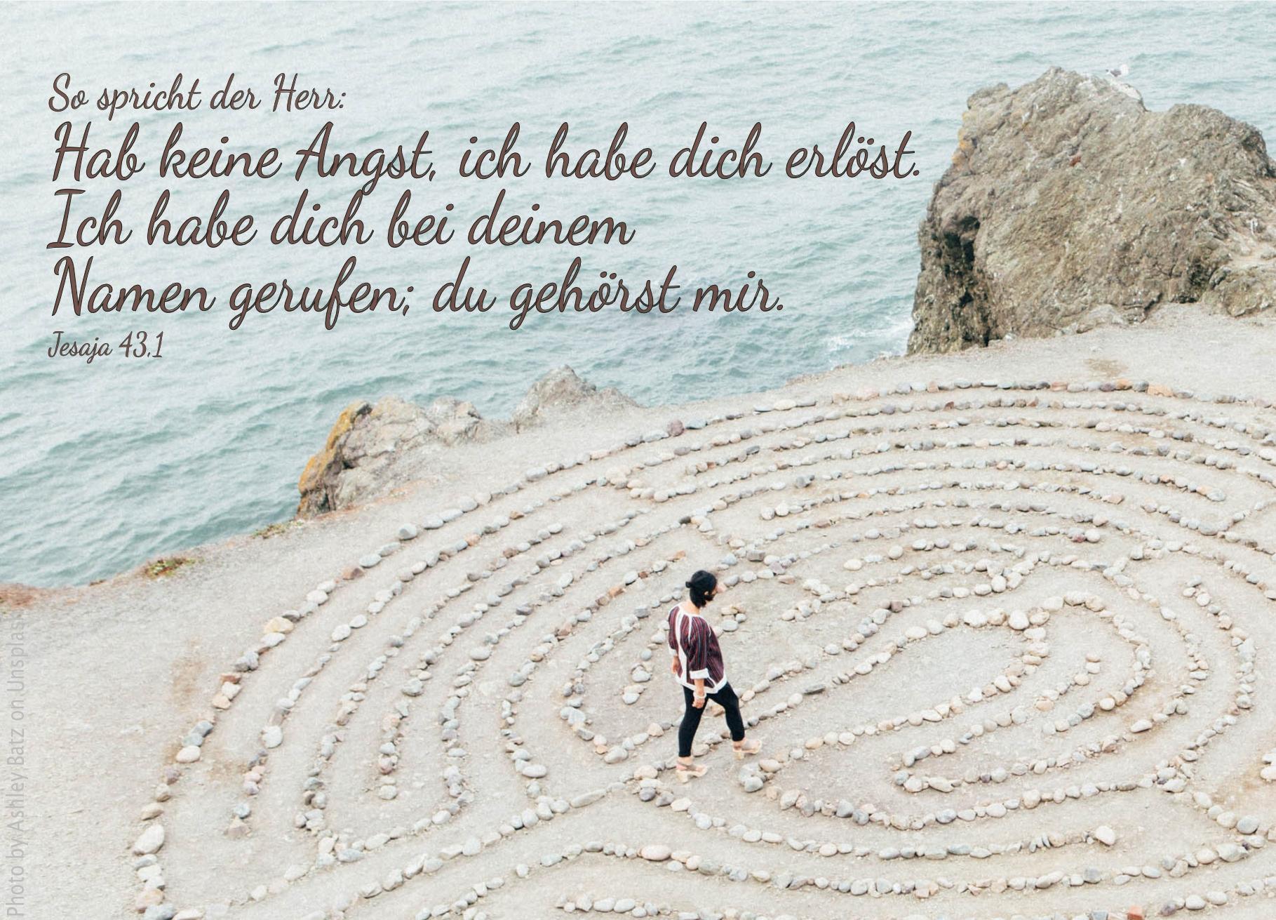 """alt=""""labyrinth_aus_steinen_am_strand_erwartet_bibelhoerbuch_jerusalems_wiederherstellung"""""""
