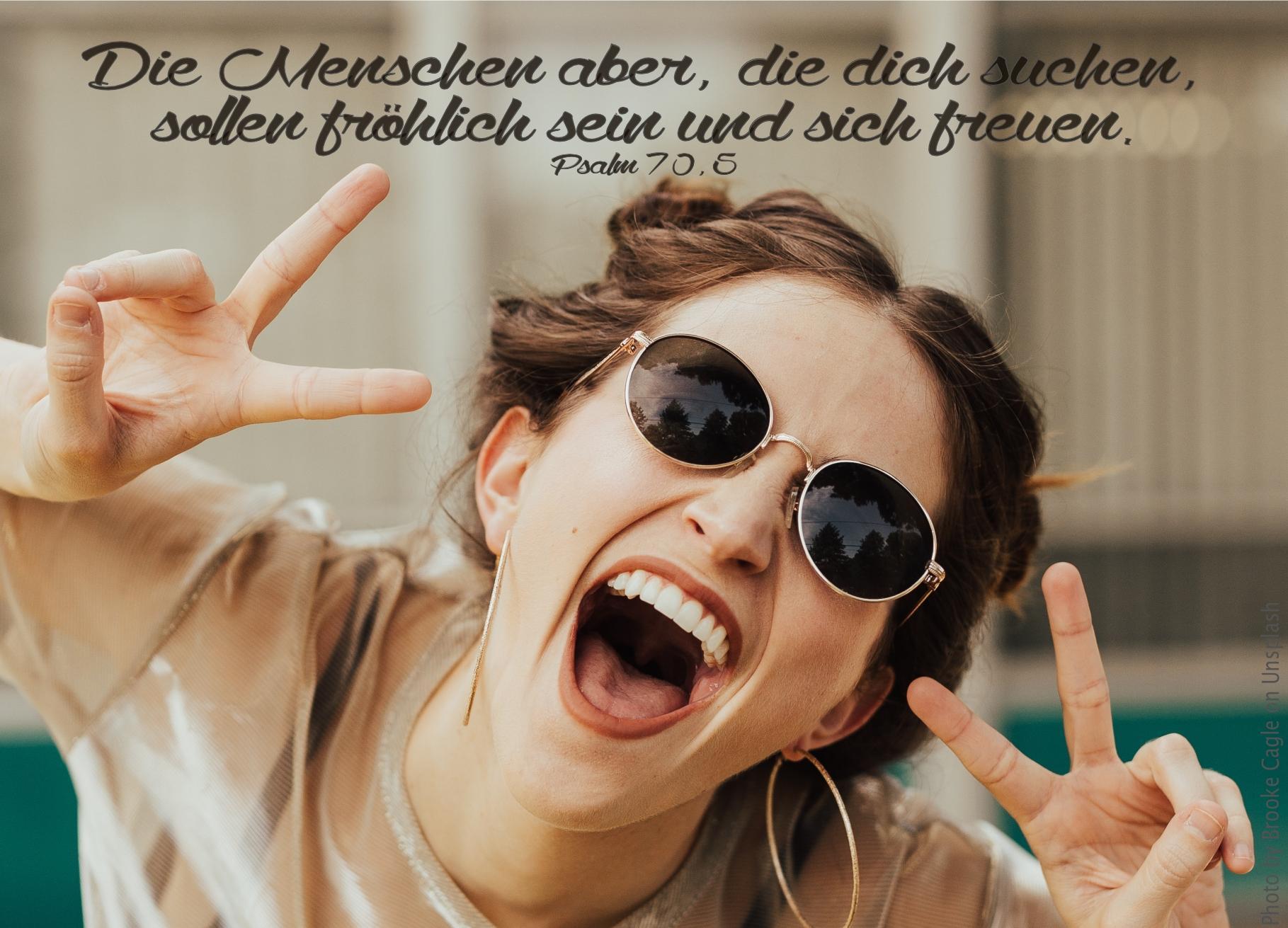 """alt=""""Frau_mit_Sonnenbrille_lacht_laut_erwartet_bibelhoerbuch_Arbeit_fuer_die_Gemeinde"""""""