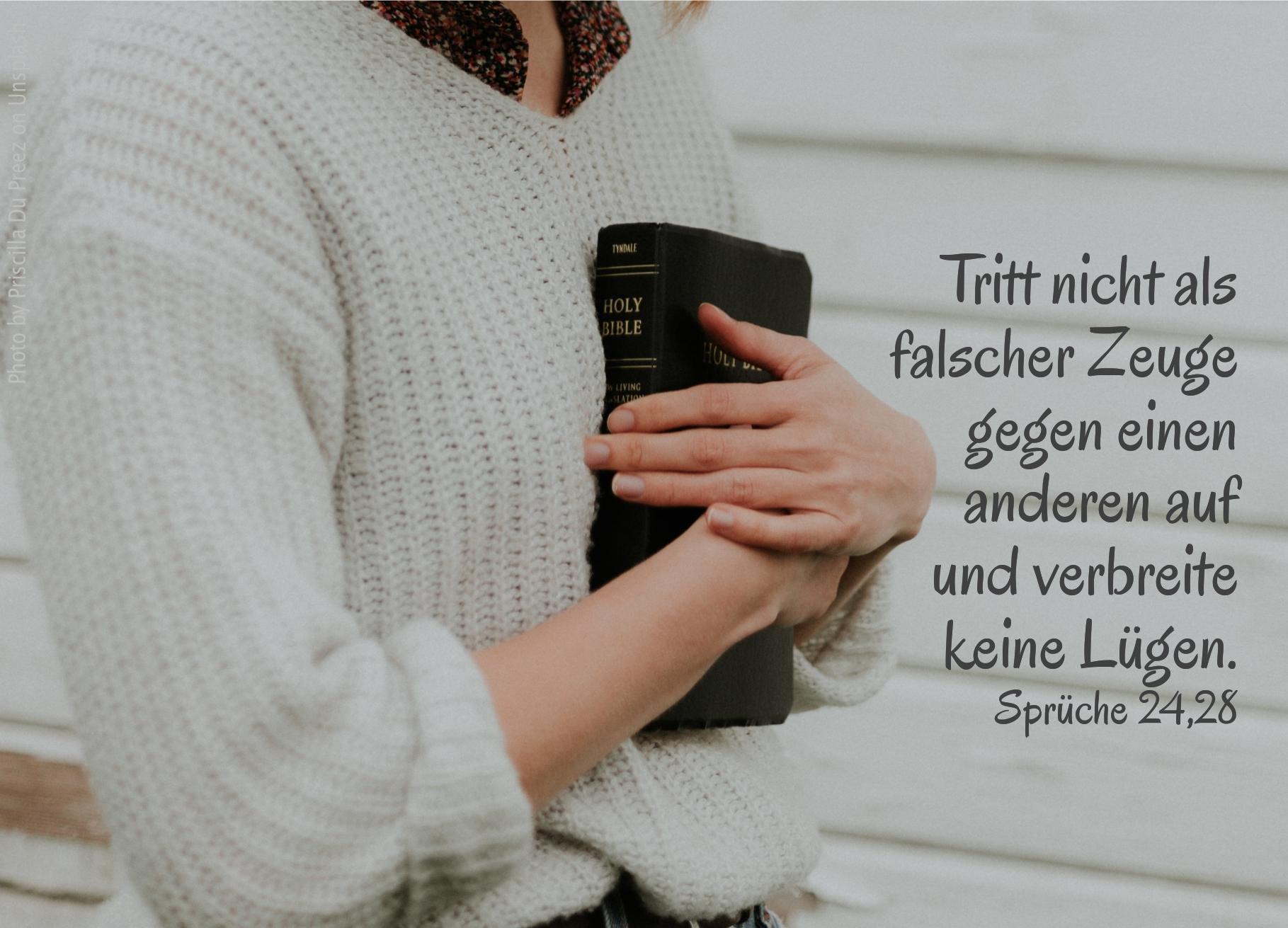 """alt=""""frau_drueckt_bibel_ans_herz_erwartet_bibelhoerbuch_rechte_lebensweise"""""""