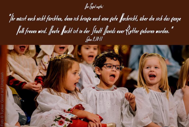 Kleine Kinder als Engel verkleidet singen