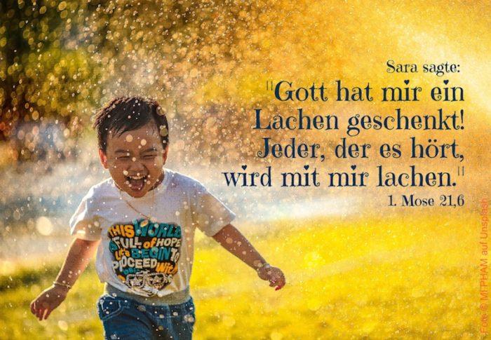 lachender Junge vor gelbem Hintergrund