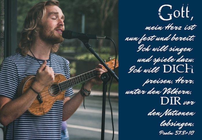 singender Mann mit Gitarre