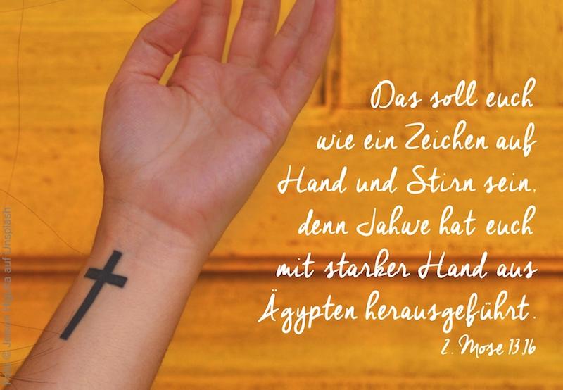 Hand mit Kreuz-Tattoo