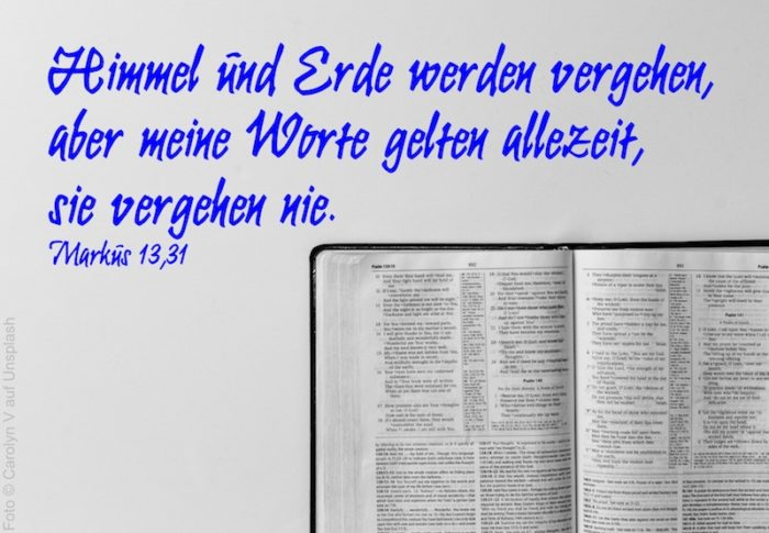 aufgeschlagene Bibel schwarz-weiß