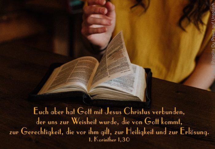 Frau blättert in einer Bibel
