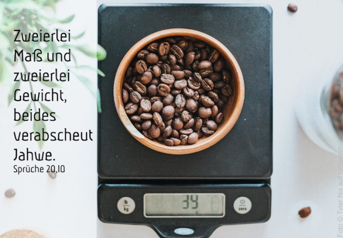 Waage mit Kaffeebohnen