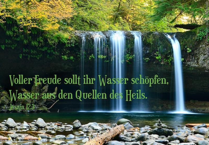 Bach der mit Wasserfall in felsigem See mündet
