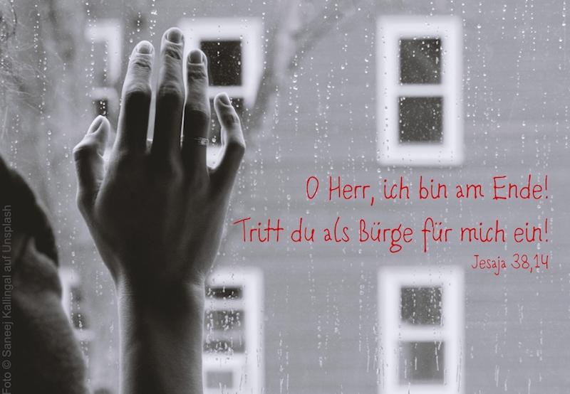 Hand am verregneten Fenster
